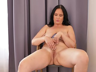 Ria Black likes watching in the flesh in the mirror while masturbating